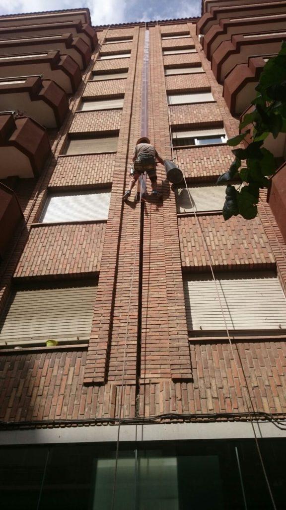 sellados de juntas de ditalación de fachadas con vertical mediante masilla de elastomérica de poliuretano